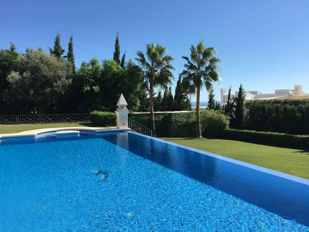 pool maintenance cleaning marbella